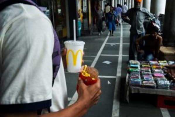 Gb, allarme batteri fecali nel ghiaccio delle bevande: sotto accusa McDonald's, Burger King e KFC