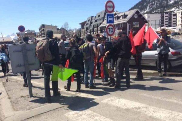 Antifascisti italiani accompagnano gruppo di migranti vicino i nazionalisti francesi