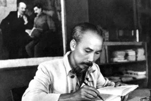 Presentazioni di Ho Chi Minh - Patriottismo e internazionalismo