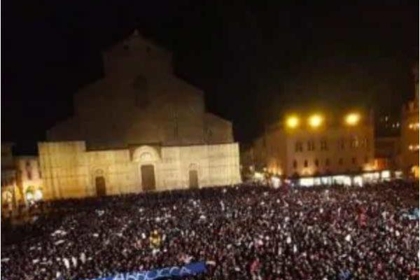 Salvini a Bologna, migliaia in piazza contro la Lega: è iniziata la campagna elettorale in Emilia