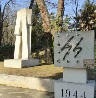 """Il simbolo delle SS sul monumento ai caduti, Artioli (Anpi): """"Atto di crudeltà"""""""